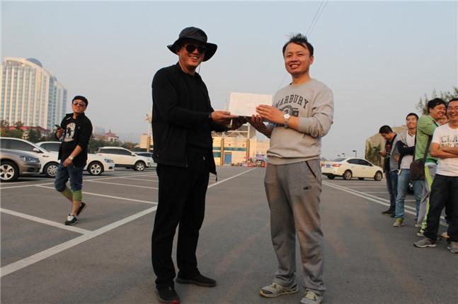 王总为二等奖获得者管通(代表人)颁奖