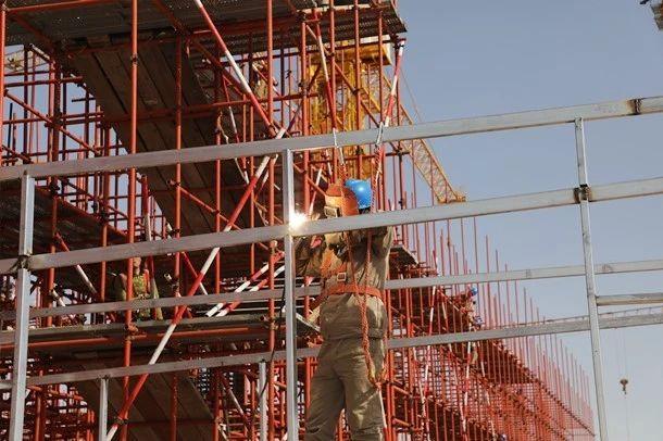 施工人员焊接钢架